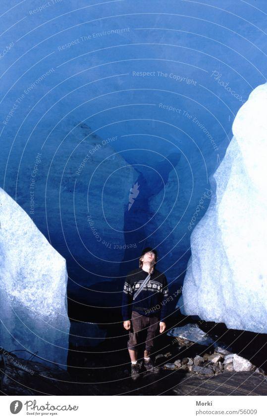 Freundschaft mit einem sterbenden Riesen Gletscher unten gefährlich Macht groß klein winzig weiß kalt Abenteuer Norwegen Höhle Ecke Himmel Schnellzug stehen
