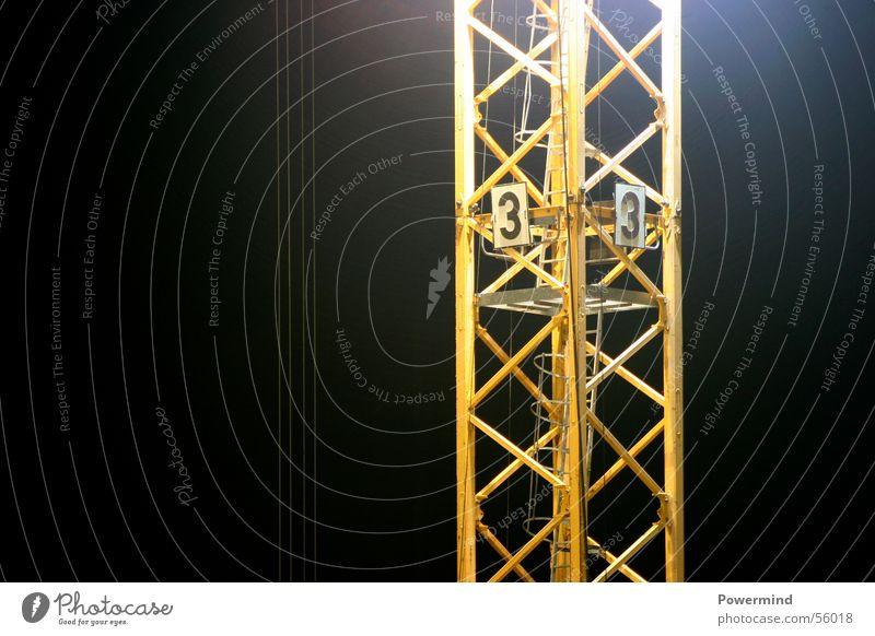 03 is buliding ... Kran Baustelle Nachtarbeit Bauarbeiter Schichtarbeit Luft luftig gelb Flutlicht Hochhausbau Lastenaufzug Neubau 1-100 Niveau hoch oben