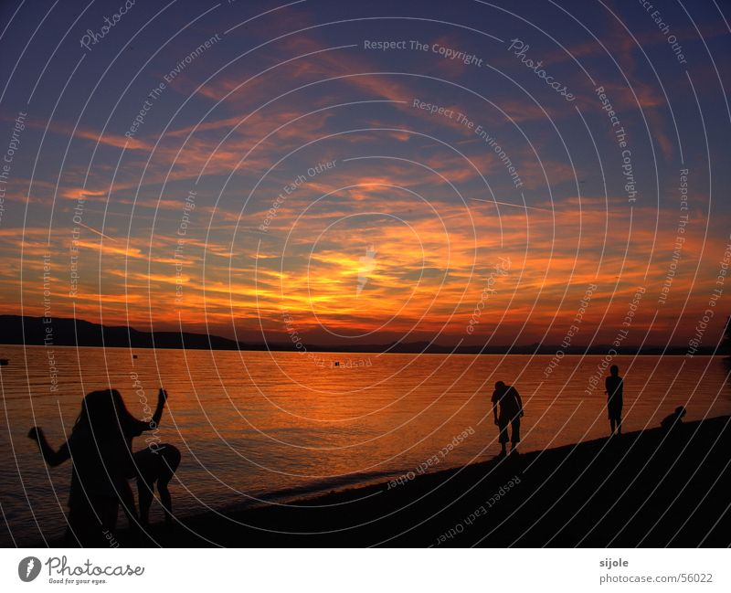 """""""Bayrisches"""" Meer II Sonnenuntergang rot gelb See Wolken Horizont Strand Himmel orange Bodensee Abenddämmerung schwarze gestalten"""