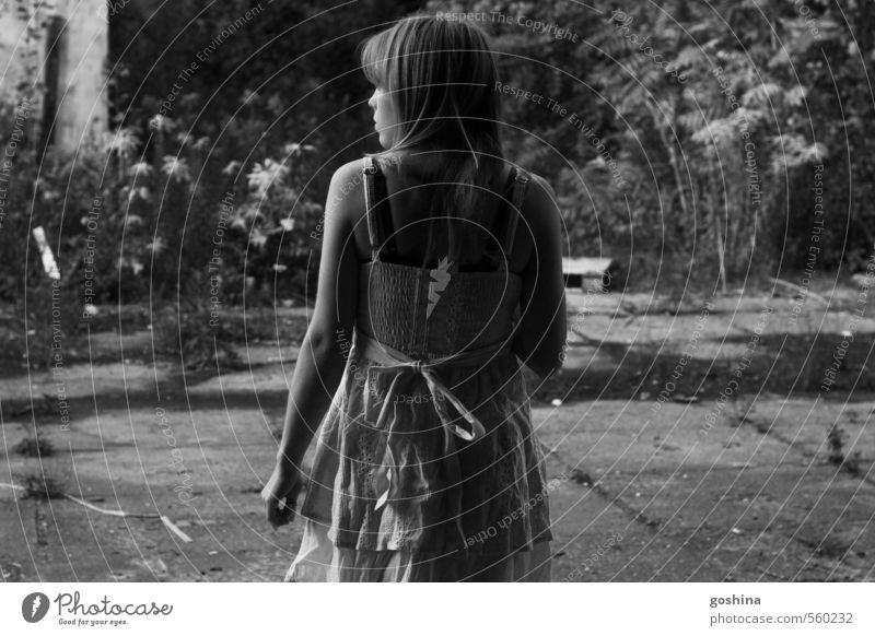 Searching feminin Junge Frau Jugendliche 1 Mensch 18-30 Jahre Erwachsene laufen Blick Traurigkeit Schwarzweißfoto Außenaufnahme Dämmerung Schatten Silhouette