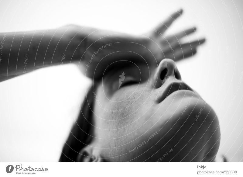 Auto kaputt? Schwiegermutter zu Besuch? Steuernachzahlung? Mensch Frau Hand Gesicht Erwachsene Leben Gefühle Denken berühren Konzentration Schmerz Stress machen Verzweiflung Sorge Scham