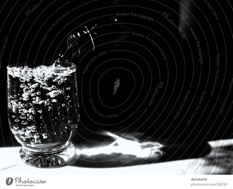 Ein Glas mit Wasser blasen Alkoholisiert Flasche Erfrischung Mineralwasser Trinkwasser füllen Wasserflasche