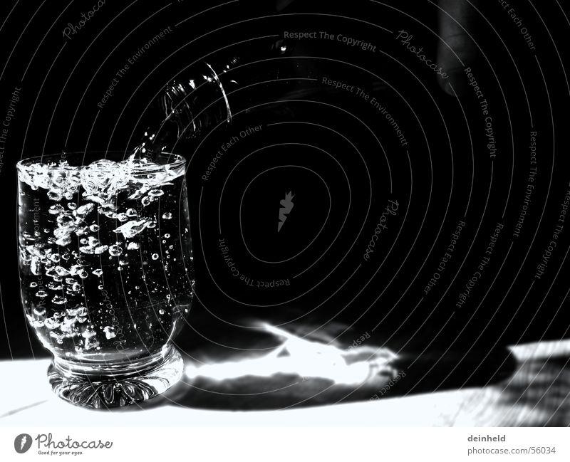 Ein Glas mit Wasser Wasserflasche Mineralwasser Erfrischung Alkoholisiert blasen Flasche füllen