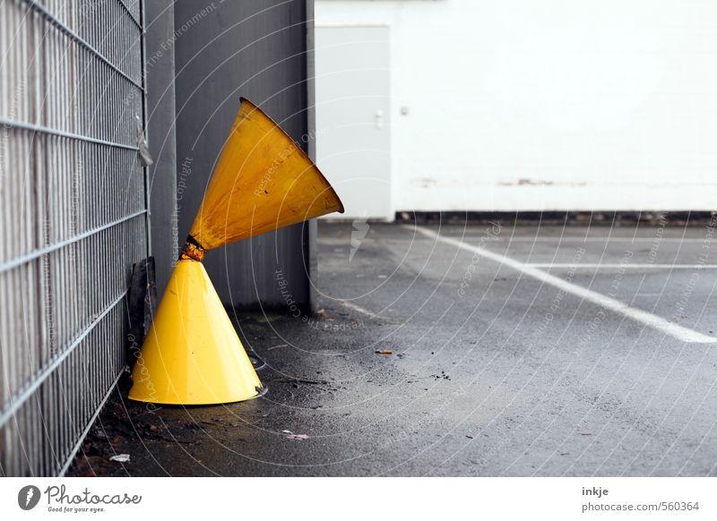 Lauschangriff Einsamkeit gelb kalt Traurigkeit grau Metall trist leer Platz nass Beton Vergänglichkeit Fabrik Verfall Stahl Unbewohnt