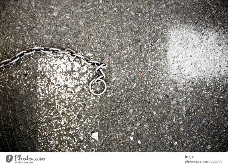 wehe, wenn sie losgelassen..... weiß Einsamkeit schwarz dunkel Graffiti Straße Metall leer Platz Beton kaputt Streifen Metallwaren Boden unten Straßenbelag
