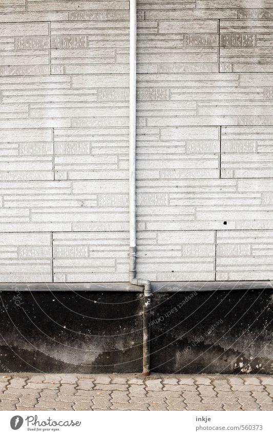 Fallrohr Menschenleer Bauwerk Gebäude Architektur Mauer Wand Fassade Regenrohr dünn hoch lang rund trist grau schwarz Farbfoto Gedeckte Farben Außenaufnahme