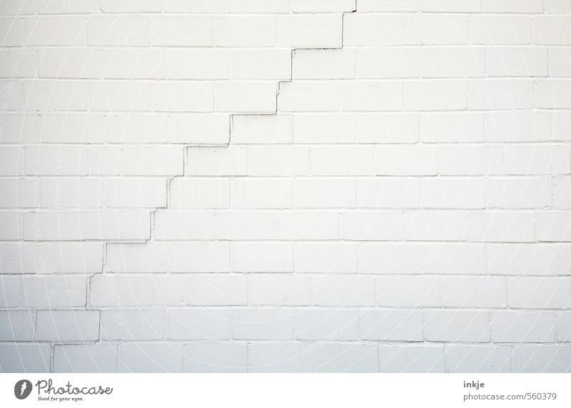 es geht bergauf! Menschenleer Mauer Wand Fassade Linie Riss diagonal Niveau alt dünn kaputt lang schwarz weiß Stadt Verfall Vergänglichkeit Wandel & Veränderung