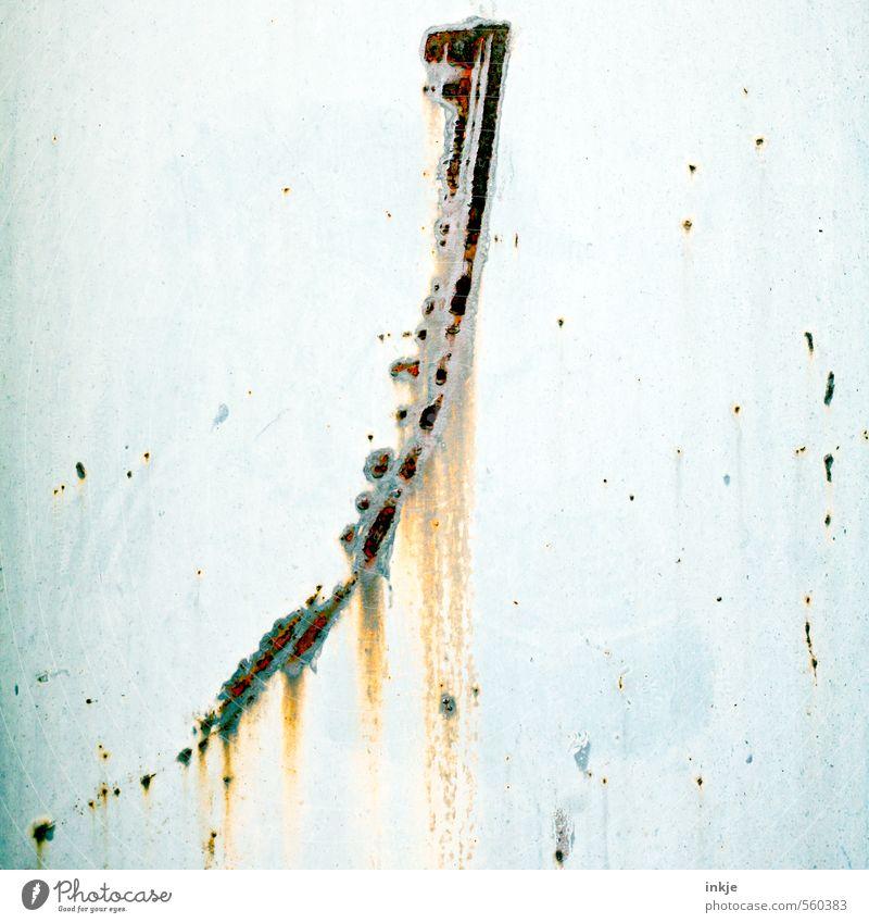 fly me to the moon Menschenleer Mauer Wand Fassade Metall Rost Zeichen Linie Streifen alt lang oben Verfall Vergänglichkeit Wandel & Veränderung Steigung Bogen