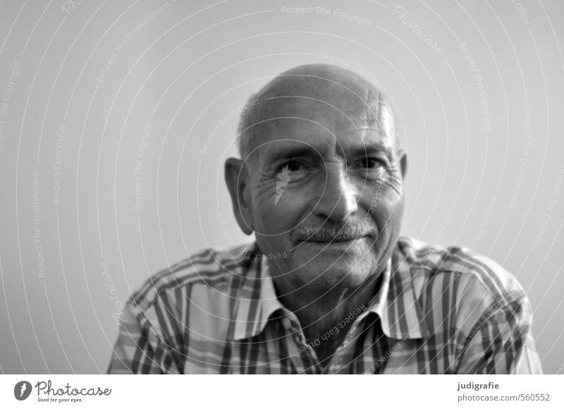 Achtzig Mensch maskulin Mann Erwachsene Männlicher Senior Leben Kopf Gesicht 1 60 und älter Hemd Glatze Oberlippenbart Lächeln Freundlichkeit Glück Vertrauen