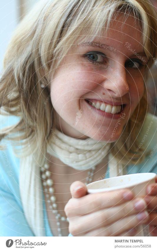 smiling Farbfoto Innenaufnahme Nahaufnahme Morgen Porträt Blick Blick in die Kamera Schielen Getränk trinken Kaffee Tee Tasse Becher schön Haare & Frisuren Haut