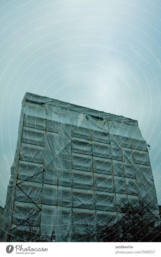Das Haus gegenüber Gebäude Berlin Hochhaus Baustelle Wohnhaus Wohnhochhaus Renovieren Verpackung Baugerüst packen Abdeckung verpackt Sanieren Gerüst einpacken