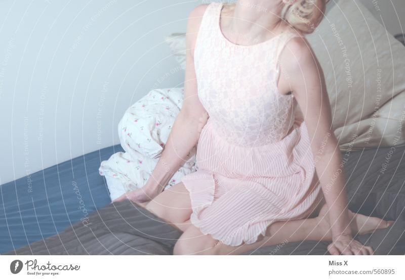mal anders Mensch Jugendliche schön Junge Frau 18-30 Jahre Erwachsene Erotik Gefühle feminin Mode Stimmung blond sitzen Sex Bekleidung Kleid