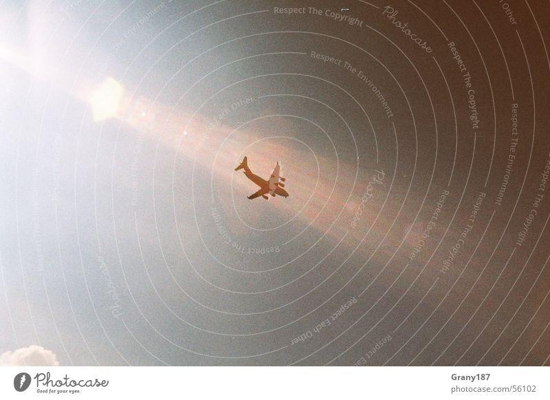 Flieger grüss mir die Sonne Flugzeug Wolken Sonnenstrahlen Sommer Düsenflugzeug weiß Stil Ferien & Urlaub & Reisen Krieg Tourist Lomografie Luftverkehr Himmel