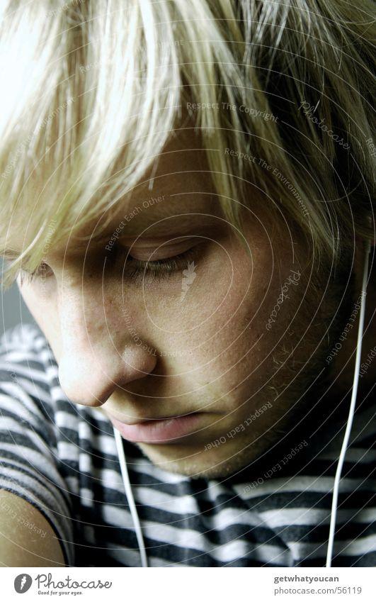 Schöne Melancholie Mann Gesicht dunkel kalt Musik grau Haare & Frisuren Kopf Traurigkeit Trauer unten Gedanke Kopfhörer bleich negativ MP3-Player