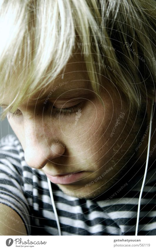 Schöne Melancholie Mann Kopfhörer MP3-Player Trauer Gedanke unten negativ kalt grau dunkel Gesicht Blick Musik Traurigkeit Haare & Frisuren bleich
