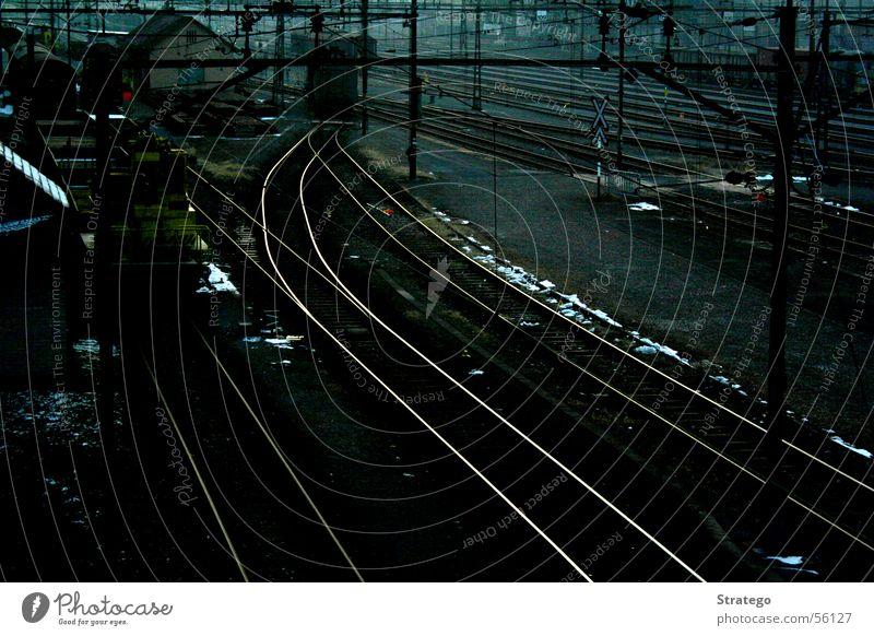 leere Schienen Linie Verkehr Eisenbahn Geschwindigkeit Elektrizität weich lang Gleise Station Bahnhof Zaun Kurve Strommast Draht Glätte Leitung