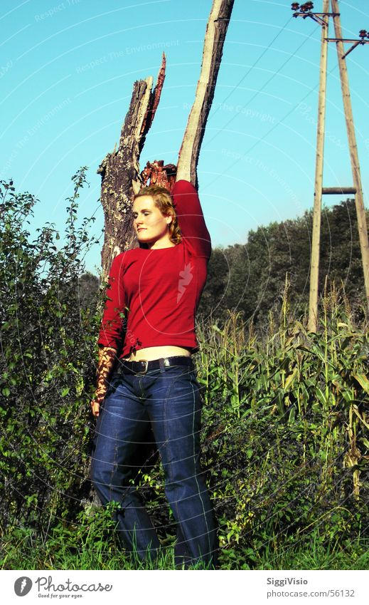 Life to death Frau grün blau rot Jeanshose Körperhaltung Baumstumpf