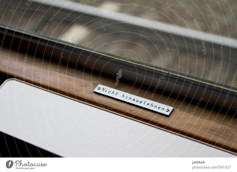 Bloß nicht zu weit aus dem Fenster lehnen Bahnfahren Eisenbahn Personenzug Zugabteil Schriftzeichen Hinweisschild Warnschild Verbote Beschriftung Warnhinweis