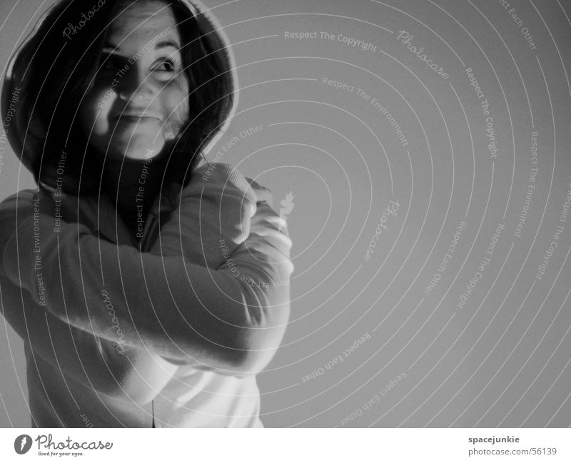 Anna Porträt Kapuzenpullover Wand Mensch Gesicht Auge Blick Schatten Schwarzweißfoto s\w