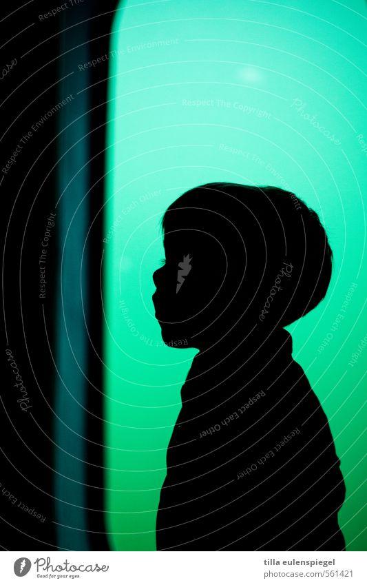 Scherenschnitt Kind Kleinkind Junge 1 Mensch kurzhaarig grün schwarz Stimmung Angst Einsamkeit entdecken Farbe Kindheit unschuldig anonym Silhouette Kontrast