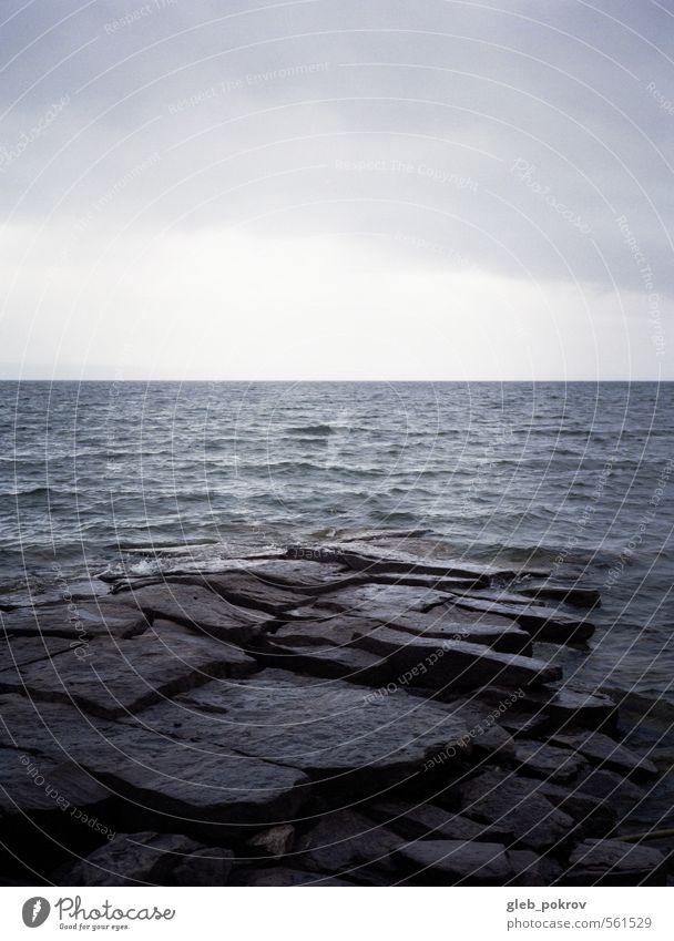 blau Wasser Sommer Strand dunkel Küste grau Stein Horizont Wellen Wind Wolkenloser Himmel Unwetter