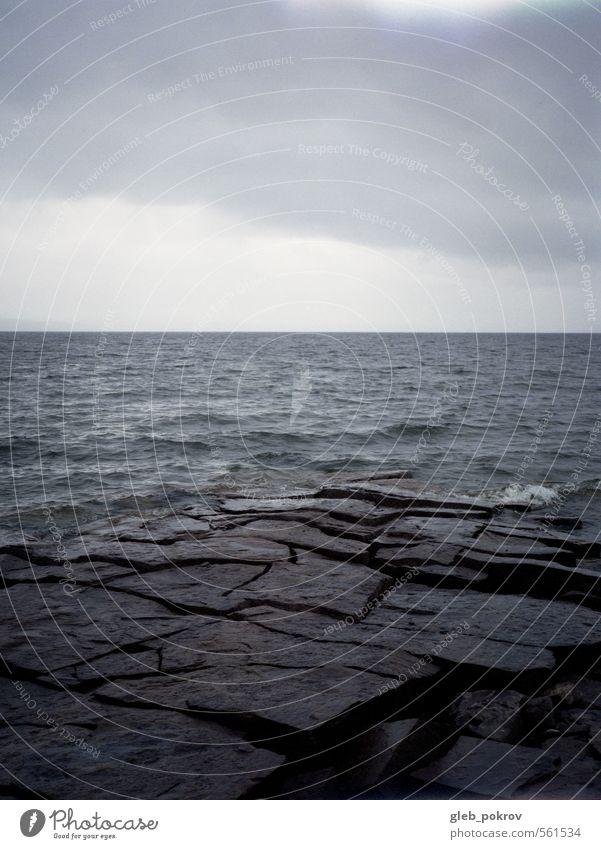 Natur blau Wasser Landschaft kalt Herbst Küste grau Stein Horizont Wetter Regen Erde Wellen Wind authentisch