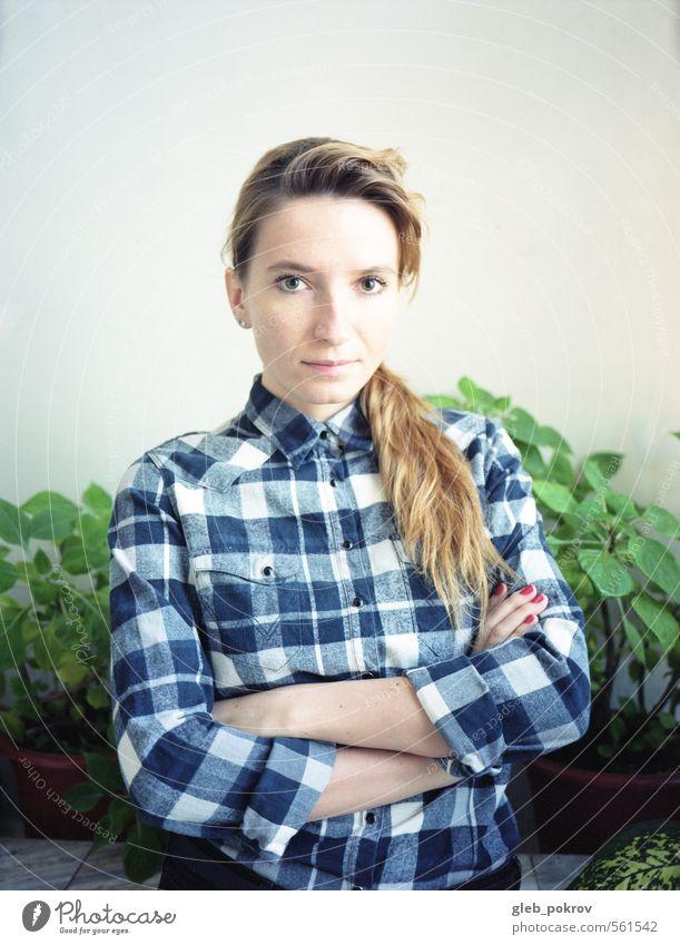 doc #grün elegant Stil schön Haare & Frisuren Wohlgefühl feminin Junge Frau Jugendliche Leben Kopf Mund Hand 1 Mensch 18-30 Jahre Erwachsene Mode Hemd Stoff