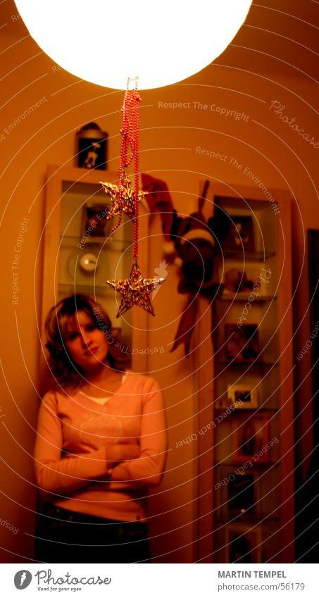 sun of the room Innenaufnahme Textfreiraum oben Unschärfe Lampe Raum Wohnzimmer Junge Frau Jugendliche Erwachsene Arme Wärme Pullover langhaarig