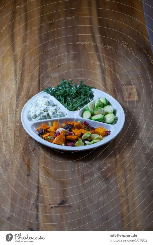 Dinner Lebensmittel Joghurt Gemüse Salat Salatbeilage Ernährung Abendessen Bioprodukte Vegetarische Ernährung Slowfood Teller braun Holz Holztisch Farbfoto