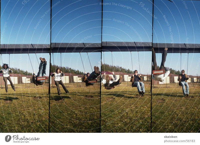 hin und her Freude Erholung Freizeit & Hobby Spielen Freiheit Mann Erwachsene Spielplatz Bewegung frei blau grün beweglich Wandel & Veränderung Schaukel
