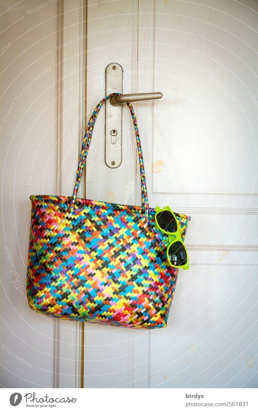 Warten auf den Sommer Lifestyle Stil Wohnung Tür Griff Tasche Sonnenbrille Badetasche hängen ästhetisch modern positiv retro feminin elegant Farbe