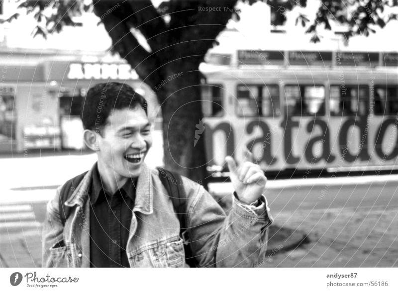 schnappschuss Japaner Straßenbahn gestikulieren Asiate Baum Stadt Hand Jacke Mann Jeanshose lachen