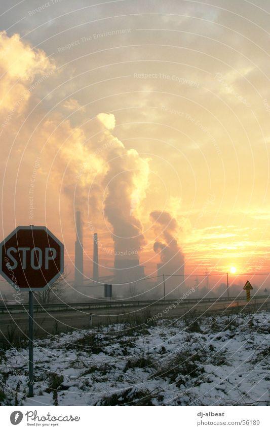 Tuzla Sunset 2 Wolken rot grau gelb dreckig Smog dunkel Osteuropa Osten Wiese beklemmend Trauer stoppen Umwelt Ozon Industrie Himmel Straßennamenschild Kroatien