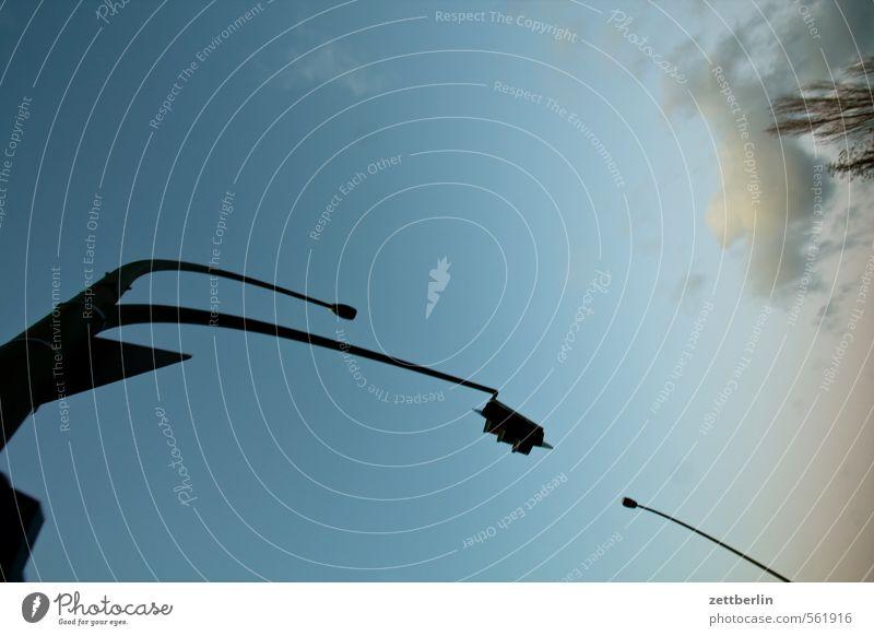 Ampel, Laterne, Baum, Himmel Abend Dämmerung Farbspur Farbe Herbst Herbstbeginn Straßenbeleuchtung Licht Strommast Fahnenmast Telefonmast Sendemast November