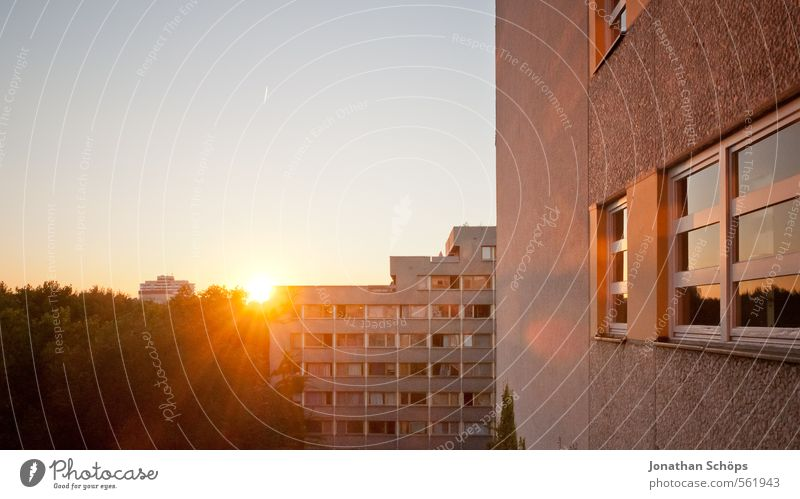 Plattenansicht II Berlin Stadt Stadtzentrum Skyline bevölkert überbevölkert Haus Hochhaus Bauwerk Gebäude Architektur Fassade Fenster groß Plattenbau Wohnung
