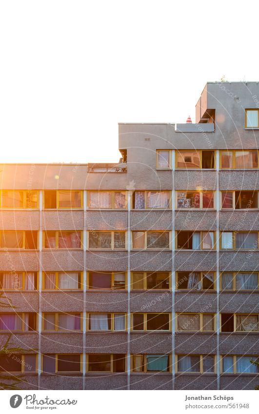 Plattenansicht I Berlin Stadt Stadtzentrum Skyline bevölkert überbevölkert Haus Hochhaus Bauwerk Gebäude Architektur Fassade Fenster groß Plattenbau Wohnung