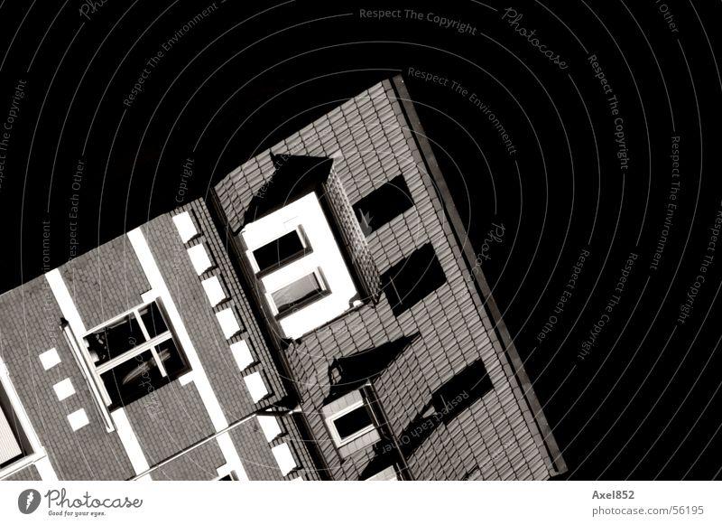 Schräglage weiß Haus schwarz dunkel Fenster Gebäude Kunst Wohnung Dach umfallen Grauwert