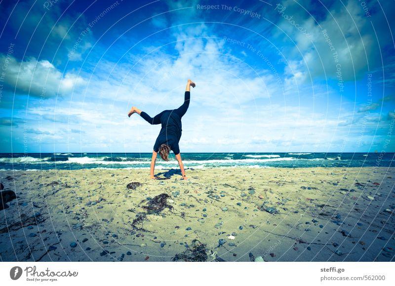 Strandakrobatik blau Sommer Meer Freude Ferne Sport Freiheit Glück Sand außergewöhnlich Kraft Wellen Insel verrückt Fröhlichkeit