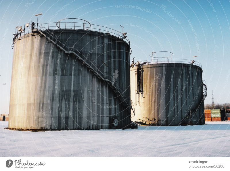 Silos in Eiswüste alt weiß Winter kalt Schnee grau Metall Treppe Industriefotografie Rost Leiter Geländer