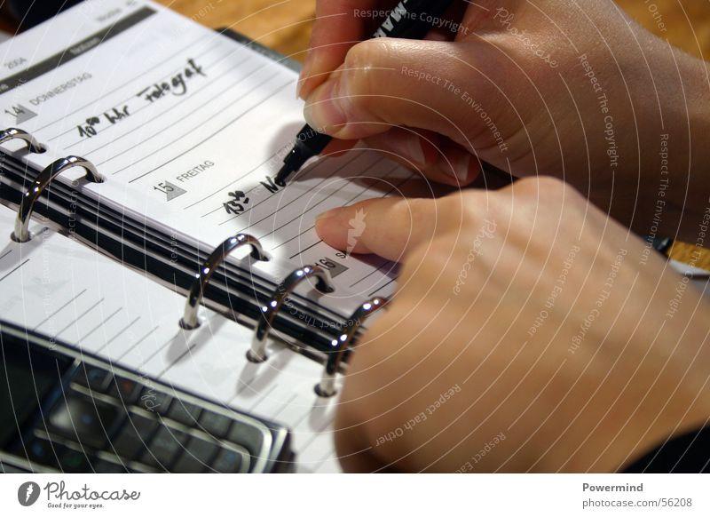 WriteMe Buch Notizbuch Eintrag anmelden Hand Schreibstift Kalender Büroangestellte beenden organisieren Verabredung Termin & Datum schwarz weiß Ringbuchordner