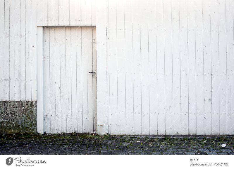 geschlossene Gesellschaft alt Stadt weiß Einsamkeit Haus kalt Wand Leben Gefühle Gebäude Mauer grau Holz Linie Stimmung Fassade
