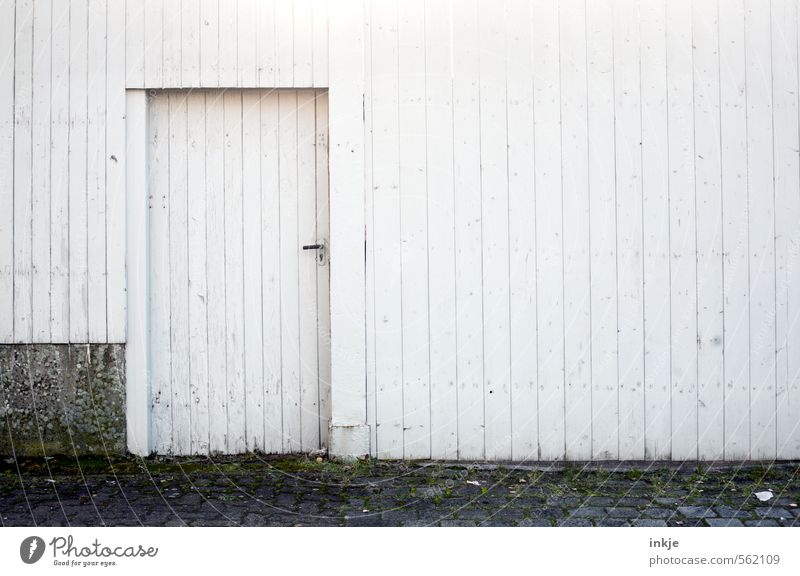 geschlossene Gesellschaft Stadtrand Menschenleer Haus Bauwerk Gebäude Mauer Wand Fassade Tür Holztür Straßenrand Bretterzaun Holzzaun Linie Streifen alt kalt