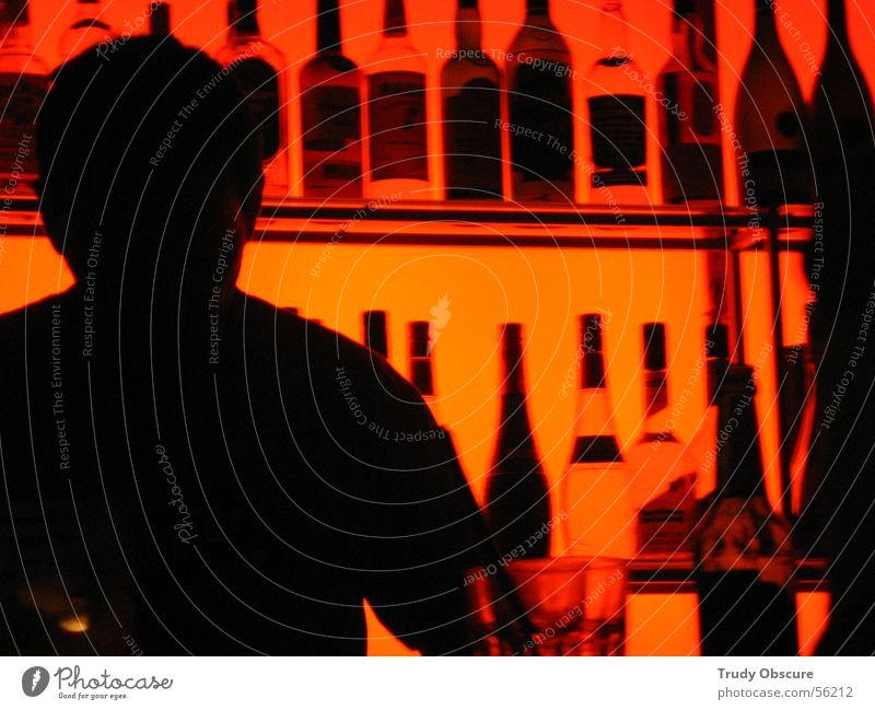 Nightclubbing° Mensch Mann schwarz dunkel hell orange maskulin Bar Gastronomie Club Flasche Alkohol Cocktail Korn verkaufen Theke