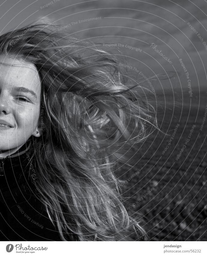 Wind im Haar Mädchen Feld Winter Haare & Frisuren lachen Freude Schwarzweißfoto