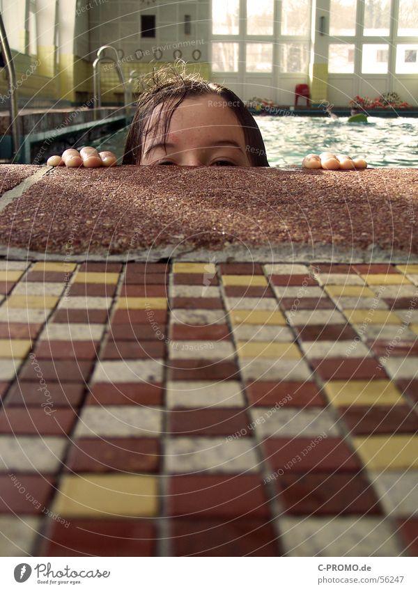 Ansichtssache Kind Wasser Hand Mädchen Spielen Haare & Frisuren Schwimmen & Baden Fliesen u. Kacheln verstecken Wassersport China Peking Schwimmhalle luschern