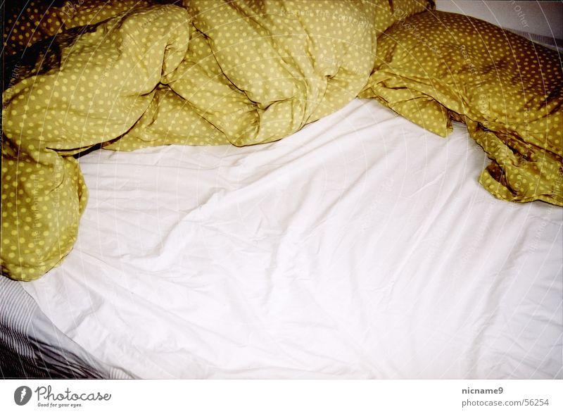 zerwühltes Bett Kissen Bettwäsche schlafen Faltenwurf wach aufwachen Schlafzimmer plumo Luftmatratze Bettlaken Tuch Müdigkeit Erholung Kopfkissen