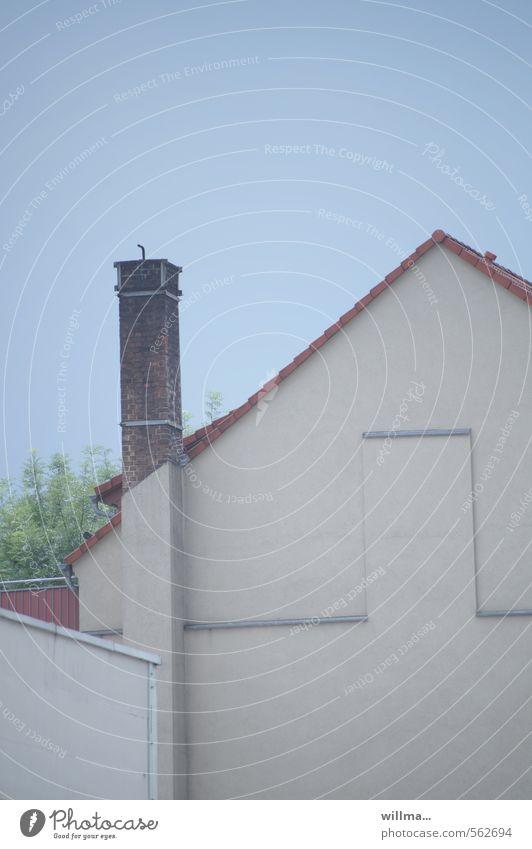advent verpennt. blau Haus Wand Mauer grau Fassade Tür Wolkenloser Himmel Schornstein Dachgiebel verputzt Giebelseite
