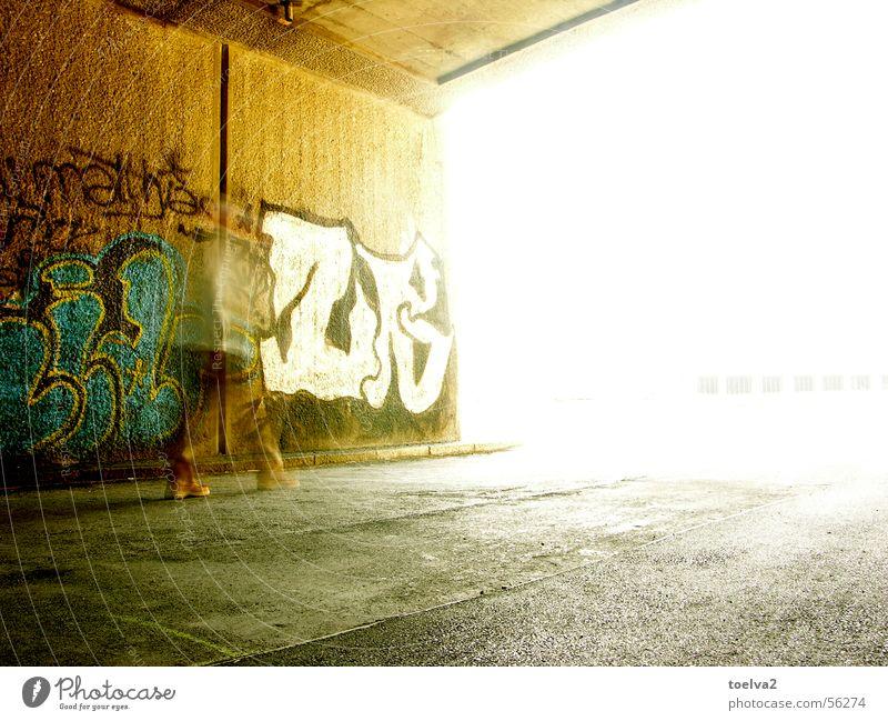 das Bernsteinzimmer – the Amber Room Wand Mann gehen Unschärfe Bewegungsunschärfe braun Schuhe Stadt Wien Wienkanal Durchgang weiß Asphalt Teer Beton