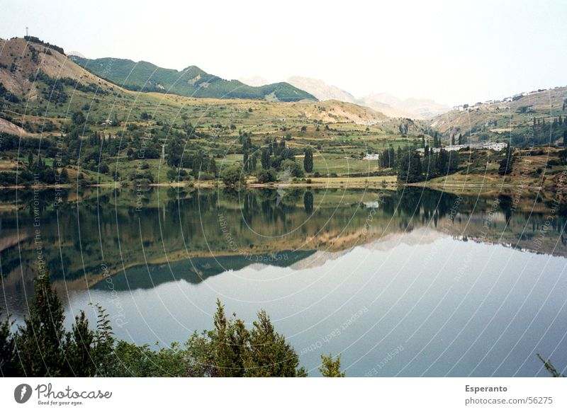 See in den Pyränen Reflexion & Spiegelung grün Spanien schlechtes Wetter Außenaufnahme Landschaft Berge u. Gebirge pyränen Wolken lake reflection landscape
