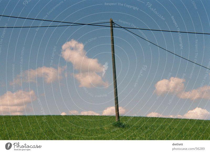 Windmühle Wolken Strommast grün Kabel Horizont Spielen Elektrizität Schönes Wetter Sommer sehr wenige ruhig Erde Sand Himmel Natur Landschaft blau Ferne Rasen